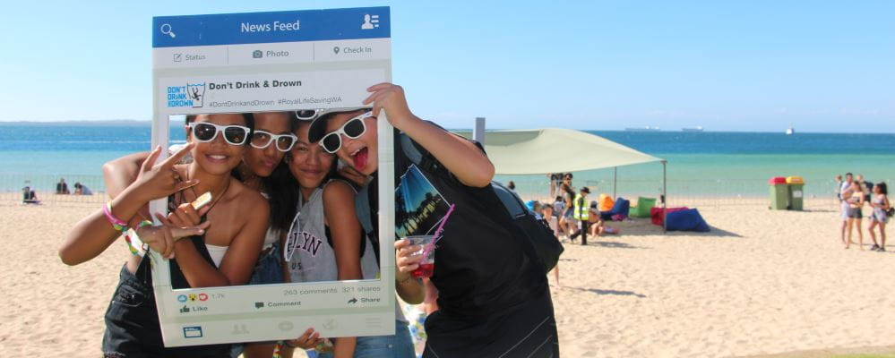 Young people in an Instagram frame on the beach