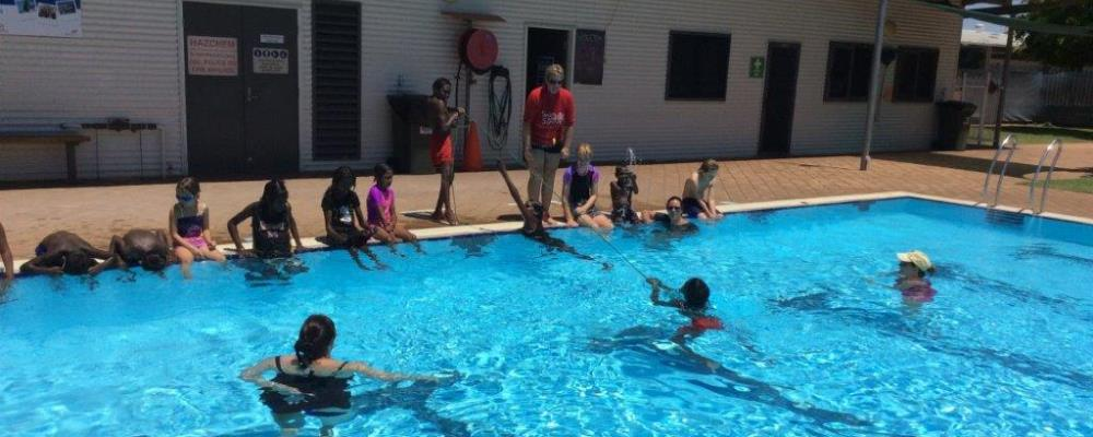 children from Muludja school practising rope throw rescues int he pool at Fitzroy Crossing