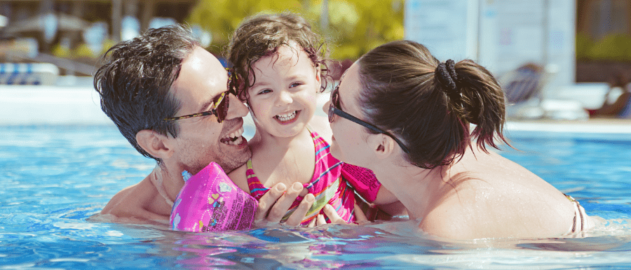 eb6c95413d3b parents with their little girl in public swimming pool